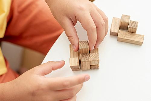 Ребенок собирает головоломку