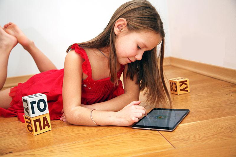 Маша научилась читать в приложении Читания